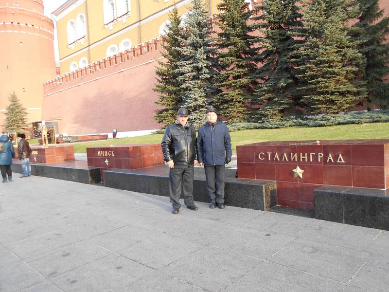 А. А. Гадуш и В. П. Любченко - в Москве, у стелы с гордым победоносным именем нашего города