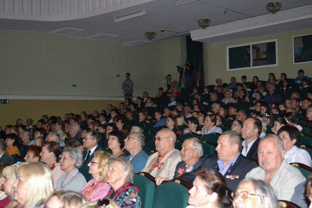Волгоградские чернобыльцы в переполненном зале Музыкального театра на театрализованном представлении «Май начинался в феврале».