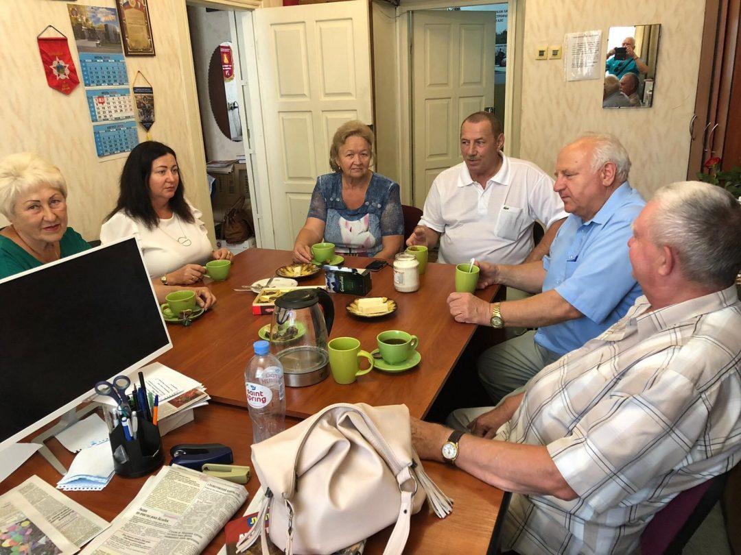 На фото: в кругу севастопольских друзей