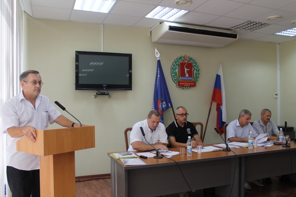 На фото: за трибуной конференции В. П. Любченко